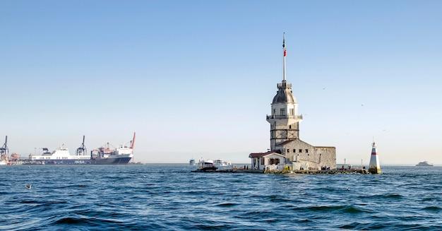 イスタンブールのボスポラス海峡の乙女の塔 Premium写真