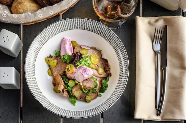 牛タンとキュウリのピクルスのサラダ Premium写真