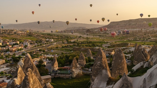 Воздушный шар пролетел над скалой в каппадокии турции Premium Фотографии