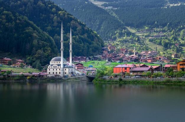 Мечеть на горном озере узунгёль, трабзон, турция Premium Фотографии