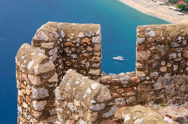 白と黒のトルコのアラニヤとアラニヤの要塞のパノラマビュー Premium写真