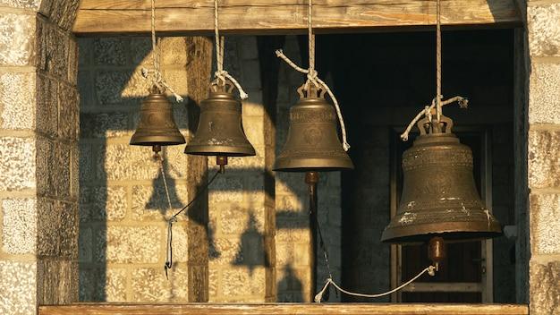 罪の光線でアトス山の上にある教会の鐘。ギリシャの聖なる山 Premium写真