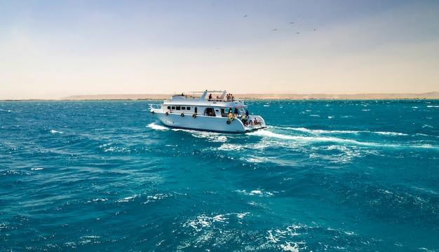ヨットの観光客 Premium写真
