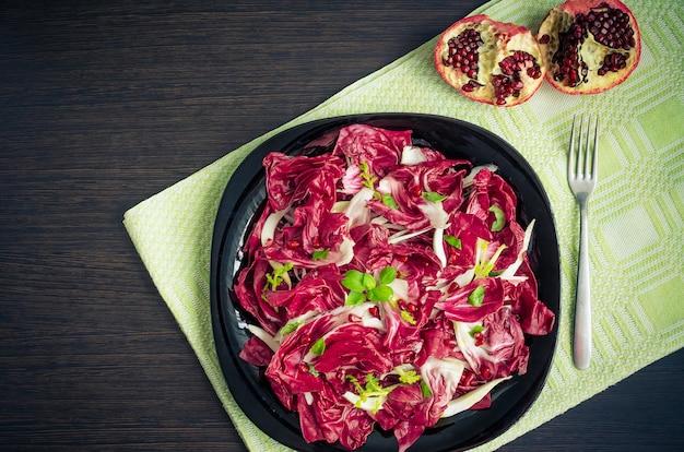 Легкий диетический салат с цикорием и гранатом Premium Фотографии