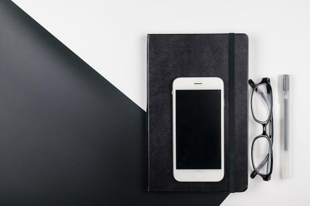 Минимальный рабочий стол с ноутбуком и мобильным телефоном Premium Фотографии