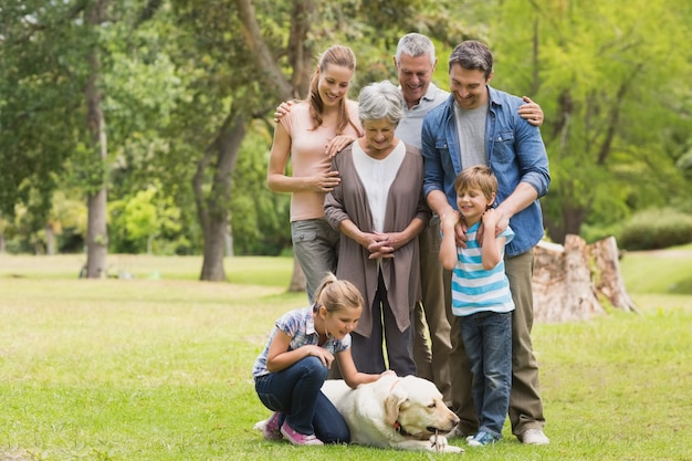 公園でペットの犬と一緒に家族を拡大 Premium写真