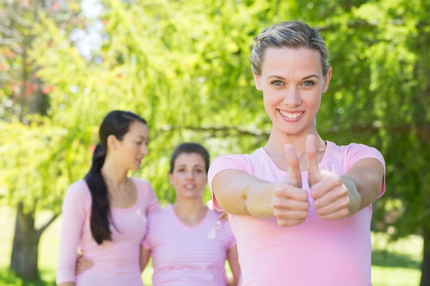 Улыбающиеся женщины в розовом для понимания рака молочной железы Premium Фотографии