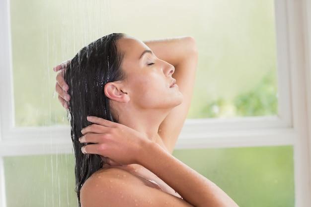 シャワーを浴びているかなりブルネット Premium写真