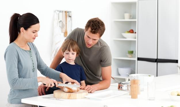 彼女の息子の広告夫のための素敵な女性の切削パン Premium写真