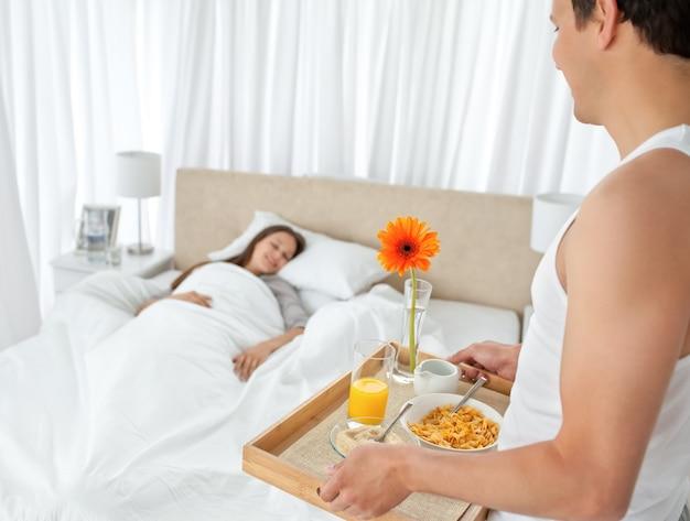 Женщин порно парень приносит кофе в постель фото анал пожилых