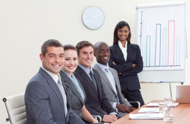 彼女の同僚に売り上げを報告するビジネスマン Premium写真