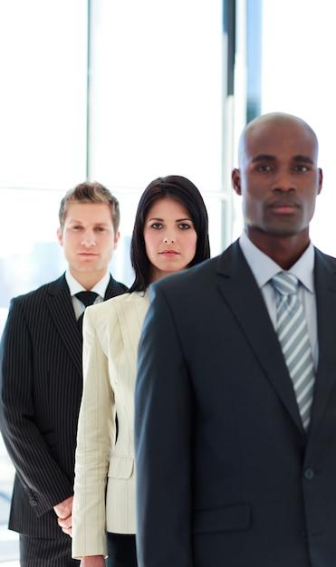 Серьезный бизнесмен в центре внимания с ее командой Premium Фотографии