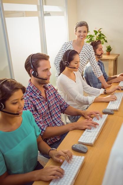 コールセンターのスタッフを支援するマネージャー Premium写真