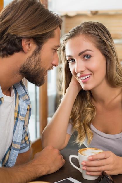 コーヒーを楽しむ幸せなカップル Premium写真