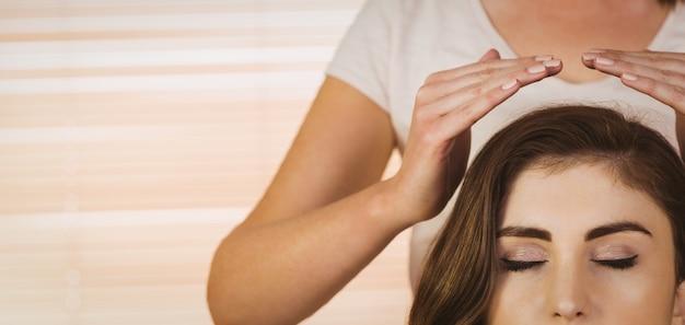 若い、女性、レイキ、治療 Premium写真