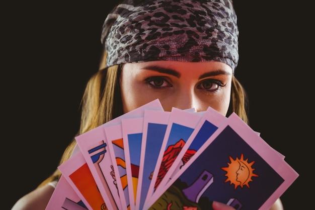 タロットカードを使用している占い師 Premium写真