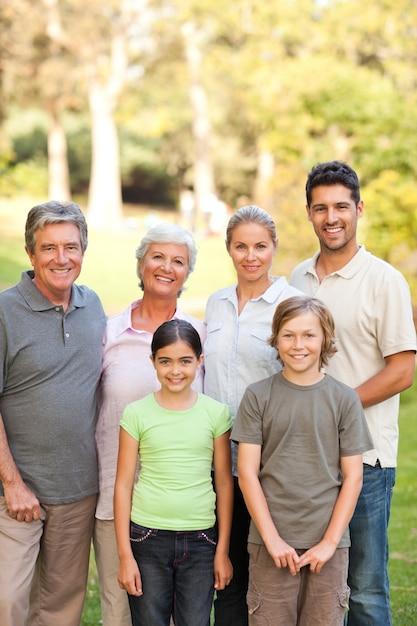 Семья в парке Premium Фотографии