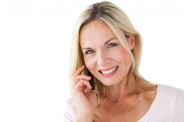 電話で話している幸せなブロンド Premium写真