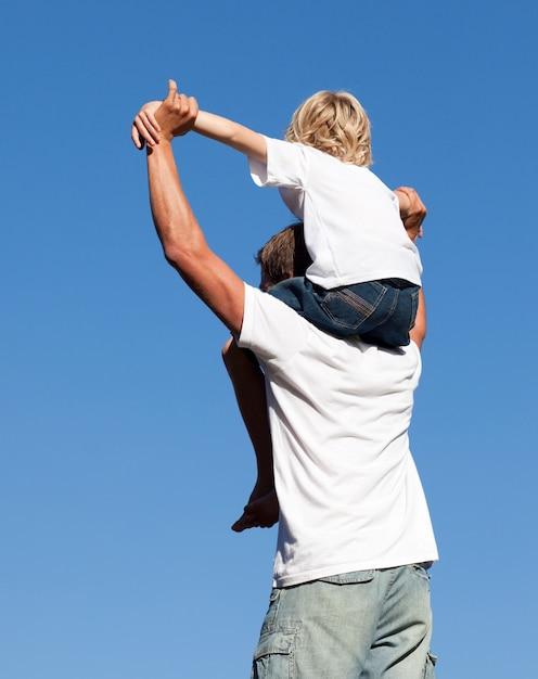 Кавказский отец с сыном на спине Premium Фотографии