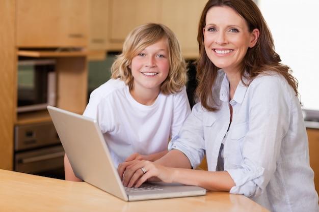 母親と息子のノートパソコン Premium写真