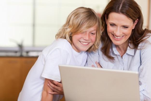 女性と息子、ノートパソコン Premium写真