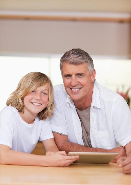 タブレットを使って男と息子 Premium写真