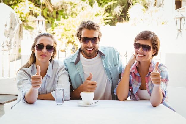 一緒にコーヒーを楽しむ幸せな友達 Premium写真