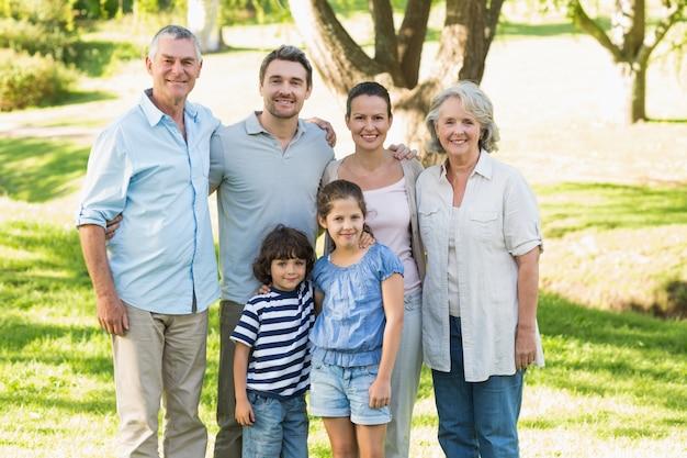 公園で幸せな大家族の肖像 Premium写真