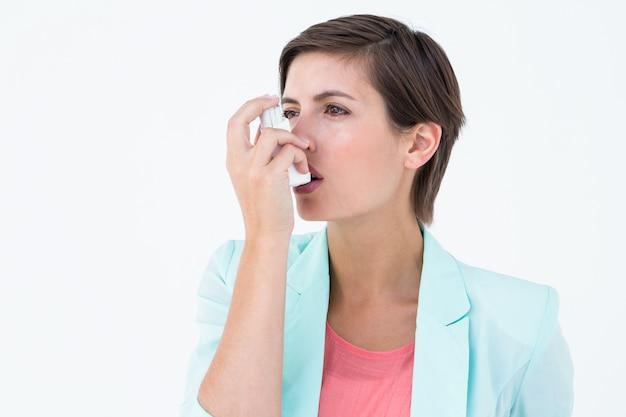 彼女の吸入器を使用するかわいい女性 Premium写真