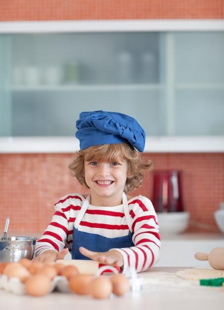 青い帽子を持つハッピーボーイ Premium写真