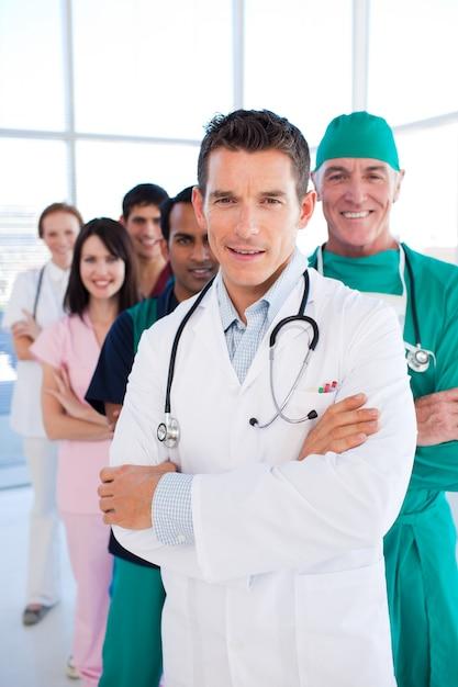 国際的な医療グループが連続して立っている Premium写真