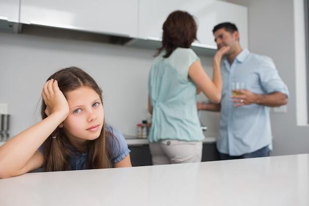 親が喧嘩する間に悲しい女の子の肖像画の拡大 Premium写真