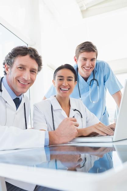 Команда врачей, улыбающихся в камеру Premium Фотографии