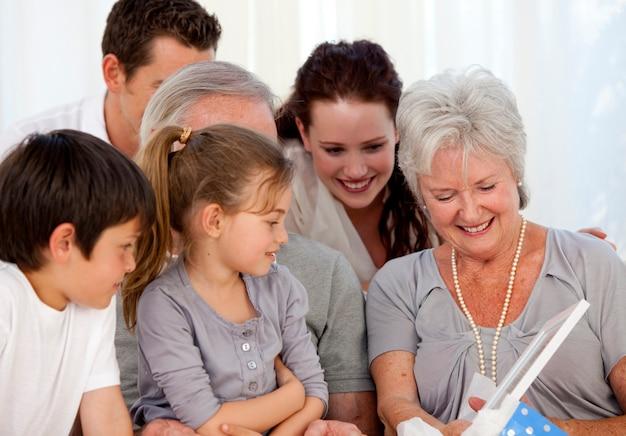 Семья дает подарок бабушке Premium Фотографии