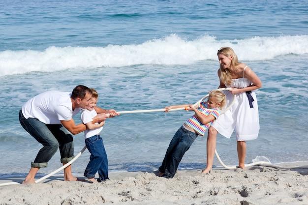 綱引きをしている陽気な家族 Premium写真