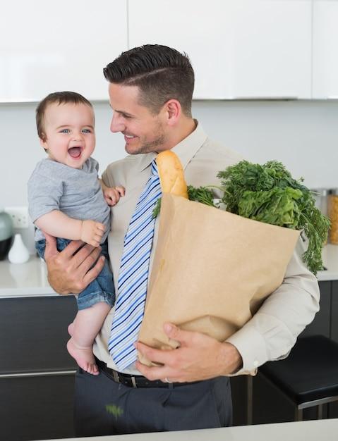 Бизнесмен с продуктовый ребенок Premium Фотографии