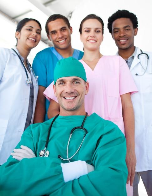 フォアグラウンドで自信を持つ外科医と国際医療チーム Premium写真
