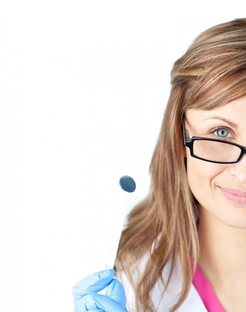 Уверенный женский хирург-стоматолог с зеркалом Premium Фотографии