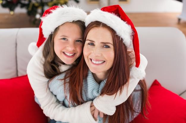 お母さんと娘のソファ Premium写真