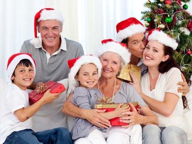 クリスマスに笑顔の家族 Premium写真