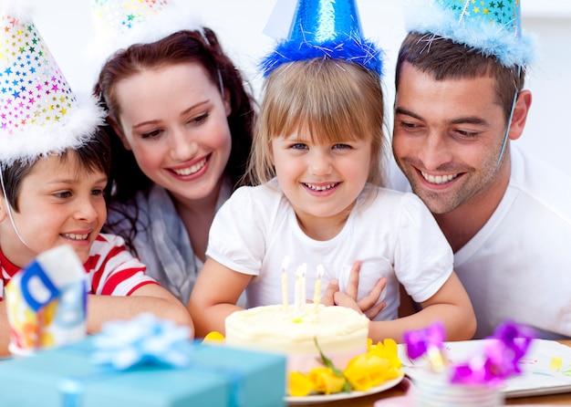 Родители и дети отмечают день рождения Premium Фотографии