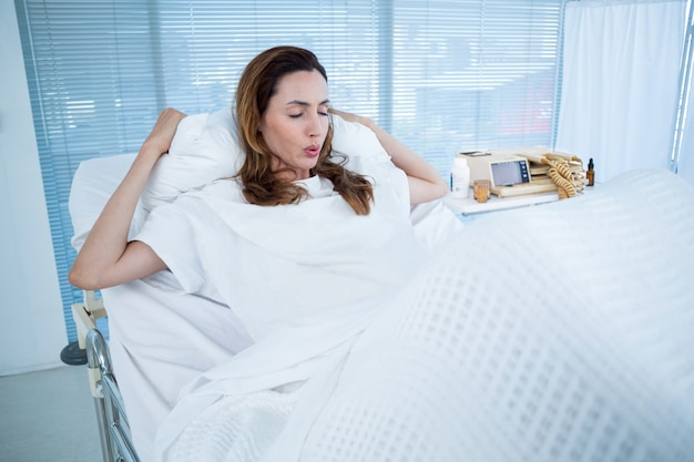 病院の部屋で妊娠している妊婦 Premium写真