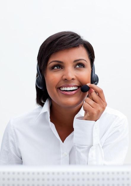 ヘッドセットで笑顔の顧客サービス代理店 Premium写真