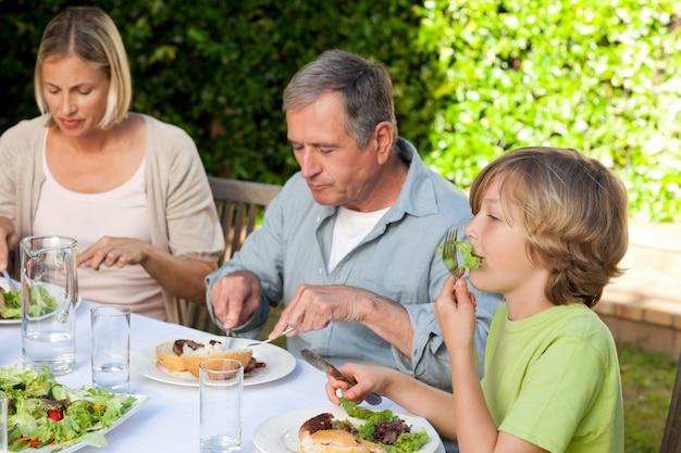 愛らしい家族で庭を食べる Premium写真