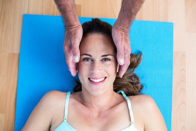 レイキの治療を受ける妊娠中の女性を笑顔の肖像 Premium写真