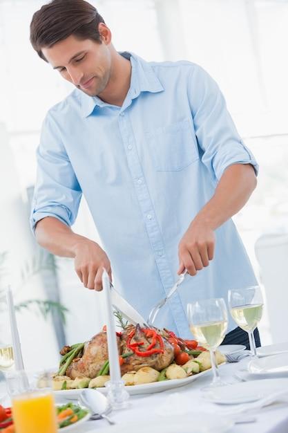 夕食を彫る魅力的な男 Premium写真