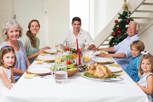 一緒にクリスマスの食事を持っている家族 Premium写真