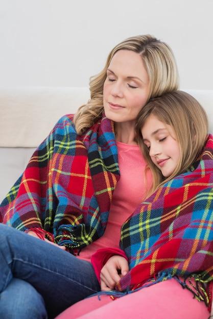 お祝いの母と娘は毛布で包まれた Premium写真