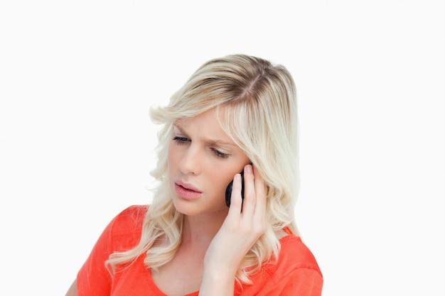 真剣で魅力的な女性は、携帯電話で話す Premium写真