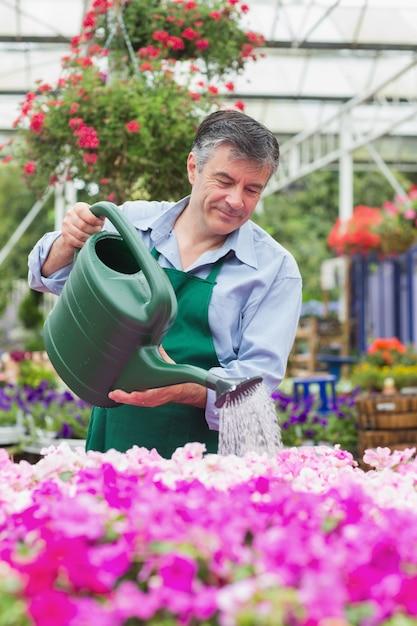 фото мужчина поливает цветы бы